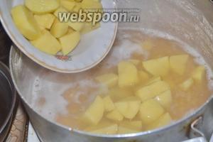 Варить горох 30 минут, дальше добавить очищенный и нарезанный кубиками картофель (3 штуки) с 1 морковкой, немного посолить.