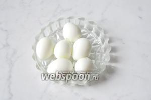 6 перепелиных яйц сварить вкрутую, охладить и почистить.