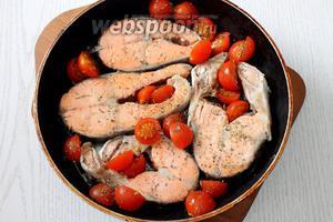 Посыпаем смесью итальянских трав и добавляем несколько капель соуса табаско.