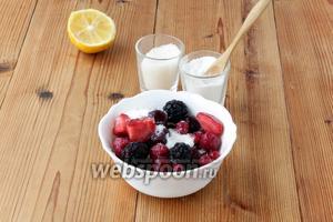 Ягоды по желанию сбрызнуть лимонным соком (можно посыпать корицей), смешать с 20 г кукурузного крахмала и 1/2 нормы сахара (40 г).
