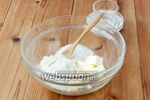 40 г масла соединить с 80 г муки и остатками сахара (40 г).