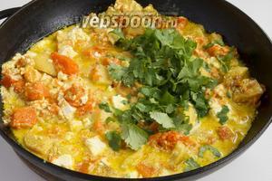 Протушите сабджи 5-6 минут. В готовое блюдо добавьте свежую нарезанную кинзу (5 веточек).