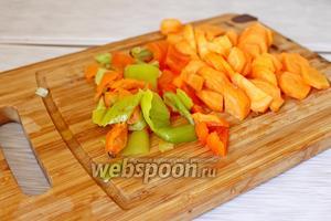 1 морковь нарезать кружочками, 1 сладкий перец на кубик. Обжарить слегка все овощи на масле, где жарилась курица, до мягкости, минуты 4.