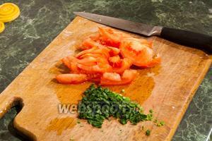 Добавляем в наше блюдо дольки помидора и нарезанную зелень петрушки.