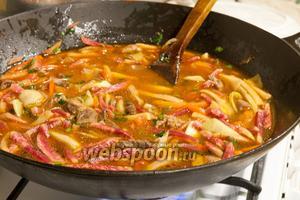 Заливаем концентрированный бульон из баранины, добавляем по вкусу соевый соус (или соевую пасту), сладкий и острый красный перец.