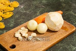 Очистим лук — 1 шт., чеснок — 1 средняя головка, морковь — 1 штука и 1 корень сельдерея.