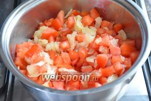 Добавить 1 зубчик раздавленного чеснока, помидоры и готовить 2-3 минуты.