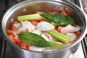 В кастрюлю выложить рыбу, 2 лавровых листика, стебли фенхеля (4 штучки) и готовить на среднем огне 10 минут.