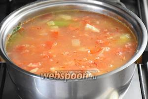 Влить 1,5 литра кипящей воды, добавить шафран (0,5 ч. л.) и варить 20 минут. Посолить по вкусу.