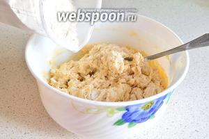 Замешиваем тесто: смешиваем 1 яйцо, 200 мл воду и соль (0,5 ч. л.). Затем добавляем 400 г муки и замешиваем довольно тугое тесто.