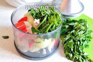 В это время готовим начинку. Для этого в чашу блендера нужно положить очищенный и нарезанный произвольно репчатый лук (180 г), очищенный от семян 1 перец чили и порубленную произвольно зелень (петрушки 30 г и 40 г кинзы). Измельчить всё в блендере. Лук можно просто нарезать ножом, это зависит от ваших вкусовых предпочтений. Если мясо прокручиваете сами, то зелень пропускаем вместе с фаршем.