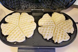 Вафельницу смазать 1 ч. л. растительного масла, выложить тесто и выпекать вафли до готовности.