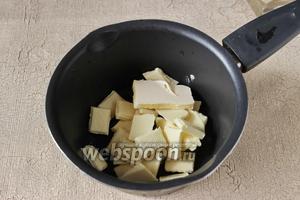 Пока выпекается корж, займёмся шоколадной заливкой. Растопим 200 г белого шоколада с 40 г сливочного масла.