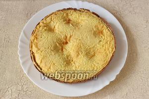 Пирог с белым шоколадом готов, его можно подавать ещё тёплым.