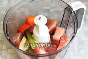 Уложить подготовленные продукты в чашу измельчителя,