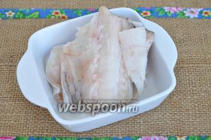 Рыбу (400 г) разморозим, вымоем и почистим, вырежем филе.