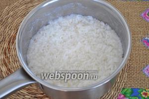 0,5 стакана риса залить водой 1:2 и поставить на огонь. Когда вода закипит, снимем с огня и закроем крышкой. Рис набухнет и впитает воду, но будет ещё твёрдым внутри — полуготовым. Промоем его, дадим воде стечь.