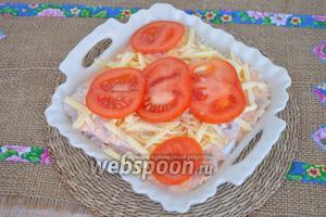 Нанести остатки заливки, посыпать тёртым сыром (50 г), по желанию украсить кружками томата (1 помидорчик). Поставить в духовку и выпекать при 200°С 35 минут.