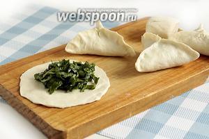 Раскатать каждый кусочек в лепёшку, выложить в центр начинку, посолить и защипать края в форме самсы.