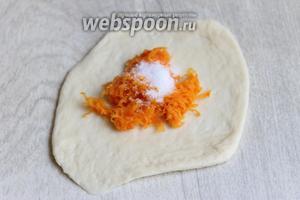 Раскатываем лепёшку, кладём 1 чайную ложку моркови и 0,5 чайной ложки сахара.