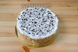 Измельчаем в крошку остатки медовых и слоёных коржей и покрываем ими бока торта. Сверху торт можно украсить шоколадными каплями и растопленным шоколадом. Убираем торт для пропитки на 8 часов в холодильник.