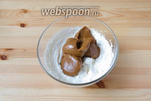 Для крема с варёной сгущёнкой взбиваем охлаждённые жирные сливки (500 мл) и добавляем в них сгущёнку (300 г). Ещё раз взбиваем.