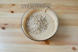 Добавляем в крем измельчённый арахис и перемешаем.
