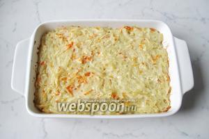Лапшевник готов. Разрезать его на порции и подавать в тёплом виде с вареньем, сметаной, мёдом.