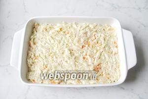 Форму для запекания смазать маслом и выложить лапшу с добавками. Поставить в духовку, разогретую до 175°С, на 20-25 минут.