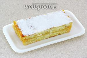 При подаче к столу, запеканку нарезать порционными кусками и посыпать сахарной пудрой.