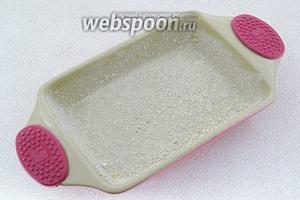 Ёмкость для запекания хорошо смазать оставшимся маслом и обсыпать сухарями (10 г).