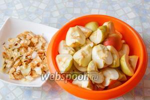 1,5 кг яблок тщательно помыть, обсушить. Порезать на четвертинки, удалить сердцевинки, которые нам понадобятся.