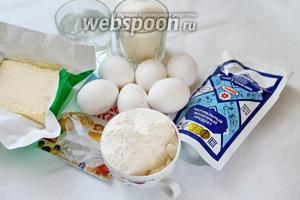 Для выпечки пирога приготовим яйца, масло, муку, сахар, воду, сгущёнку, разрыхлитель.