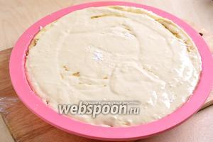 Залейте второй половиной теста и отправьте пирог в до духовку (200°С) примерно на 35 минут.