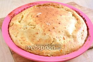 Готовый пирог немного остудите и аккуратно достаньте из формы. Подавайте к столу в тёплом или холодном виде. Приятного аппетита!