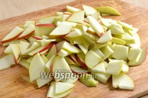Пока прогревается форма, нарежьте 2 яблока тонкими ломтиками.