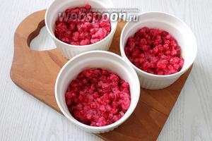Формочки для запекания смазываем сливочным маслом, выкладываем ягодную массу. Ягодный слой должен быть до середины формочек, чтобы во время выпечки ничего не убежало.