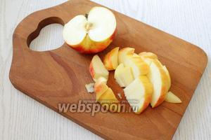 4 вымытых яблока нарезаем кубиками, не слишком мелко.