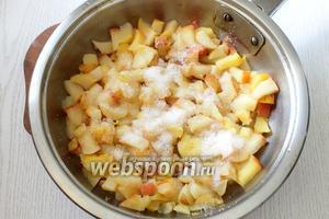 На сковороде распускаем сливочное масло (40 г), закладываем яблоки, перемешиваем и тушим минут 5-7. Затем добавляем 2 ст. л. сахара. Начинка готова.