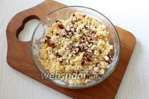 В крошку добавляем измельчённые орехи (80 г).