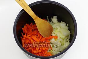 В чашу мультиварки налейте подсолнечное масло (30 мл). Добавьте 250 г нарезанного лука и 200 г морковки. Обжарьте на режиме «жарка» 5-7 минут. Долго обжаривать не нужно, так как ещё предстоит тушение.