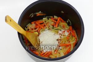 К обжаренным овощам добавьте муку (3 ст. л.) и хорошо перемешайте до соединения муки с овощами. Мука идёт как загуститель для подливы.