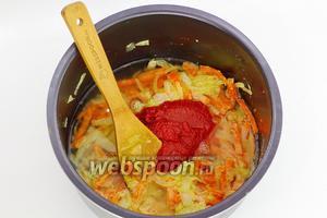 Сразу добавьте 130 г томатной пасты и горячую воду, перемешайте. Приправьте специями.
