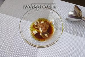 Готовим соус-заправку для салата. В миске смешаем сок 1/2 лимона, горчицу (1 ч. л.), оливковое масло (4 ст. л.) и 2 ст. л. вустерского соуса. 1 зубчик чеснока очистим, крупно нарежем и тоже положим в миску. Пробьём блендером до однородности.