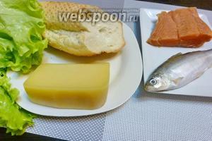 Для салата возьмём филе рыбы кеты и рыбу пелядь, пармезан, зелёный салат и кусочек багета.