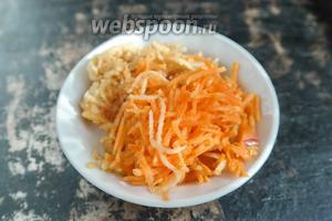 Натираем морковь и яблоки на мелкой тёрке.
