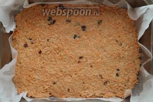 На смазанный пергамент выложить тесто. Отправить в духовку на 1 час при температуре 200°С.