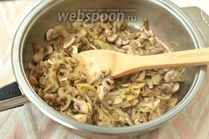 Разогреть подсолнечное масло (35 мл) и обжарить грибы с луком до золотистой корочки, в конце жарки посолить и поперчить по вкусу. Оставить грибы с луком остывать.