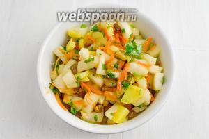 Готовый салат выложить в блюдо. Подать к обеду. Прекрасное блюдо к постному столу!