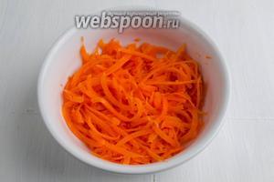 Морковь выложить в глубокую посуду. Залить смесью сока лимона (1 ст. л.) и воды (1 ст. л.).